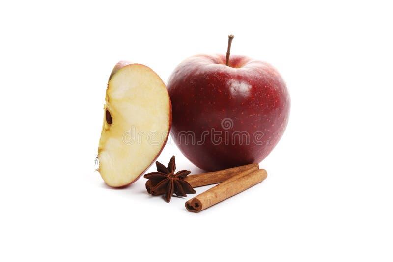 Яблоко с анисовкой циннамона и звезды изолированной на белой предпосылке стоковое изображение rf