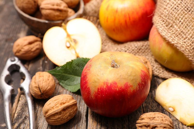 Яблоко с грецким орехом стоковое изображение rf