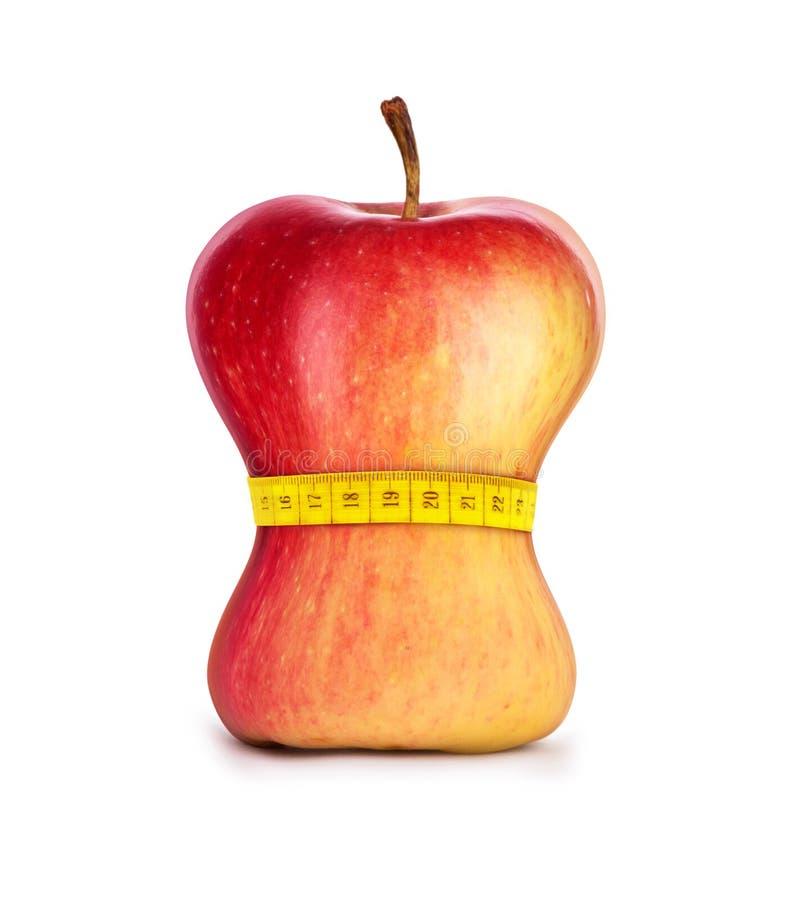 Яблоко с измеряя лентой вокруг его изолировало на белизне стоковые фотографии rf
