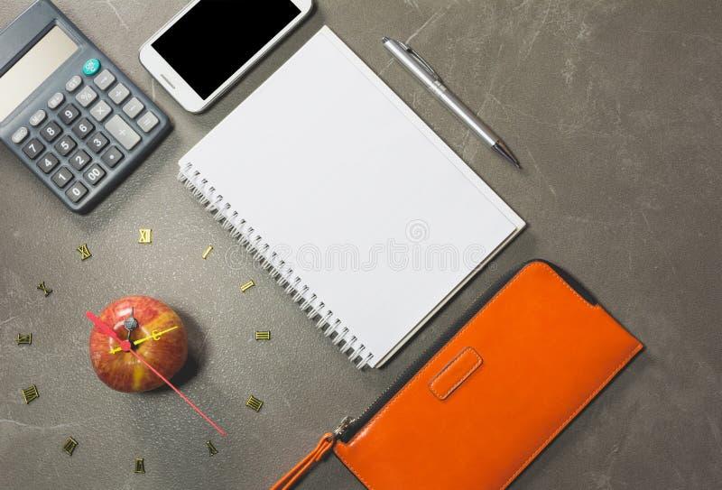 Яблоко с номером часов и умного телефона стоковые изображения rf