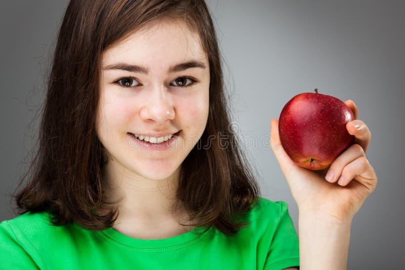 Яблоко удерживания девушки стоковые изображения rf