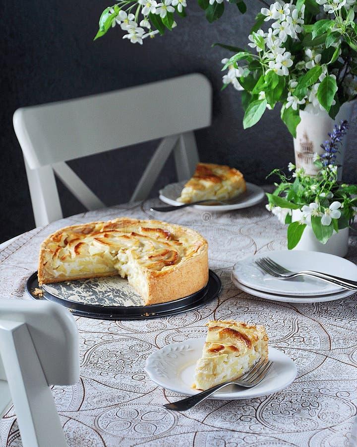 Яблочный пирог Tsvetaeva с сыром творога, русским чизкейком с яблоками стоковое фото