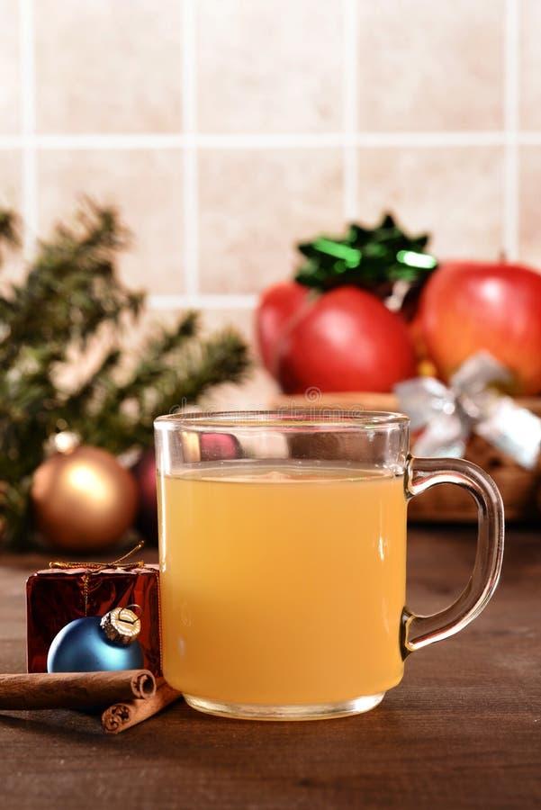 Яблочный сидр рождества крупного плана с плодом стоковая фотография