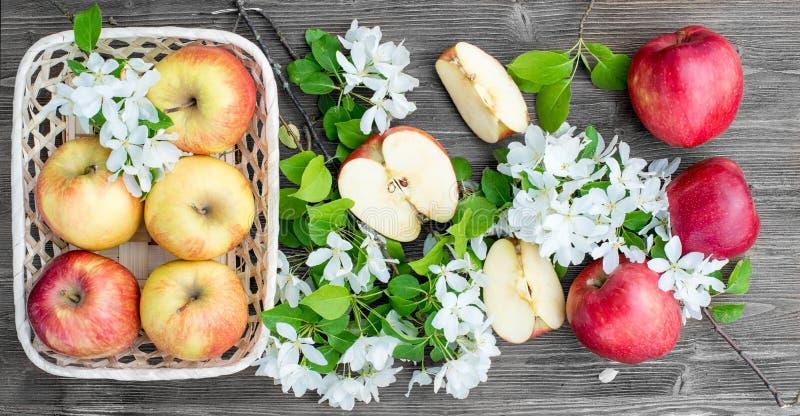 Яблоки в корзине Wicker стоковое фото