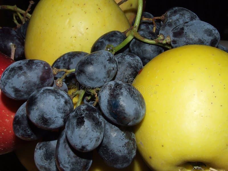 Яблоки и виноградины стоковая фотография rf