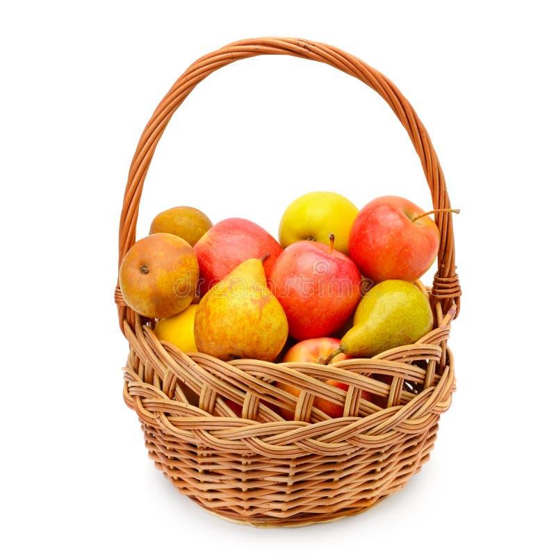 Яблоки и груши в корзине изолированной на белой предпосылке стоковые фотографии rf