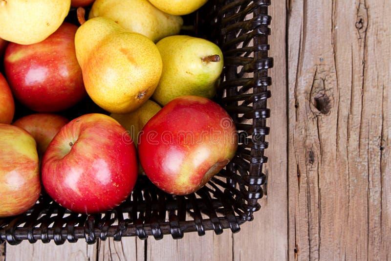 Яблоки и груши в корзине стоковая фотография