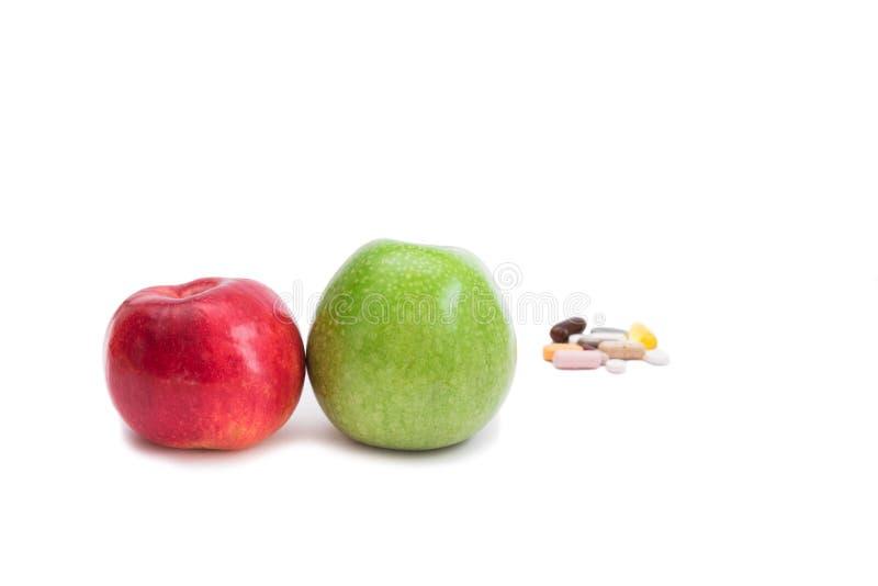 2 яблоки и пилюльки стоковая фотография rf