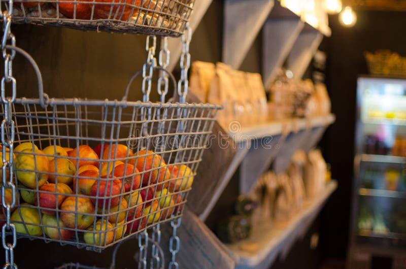 Яблоки корзин смертной казни через повешение стоковые фотографии rf