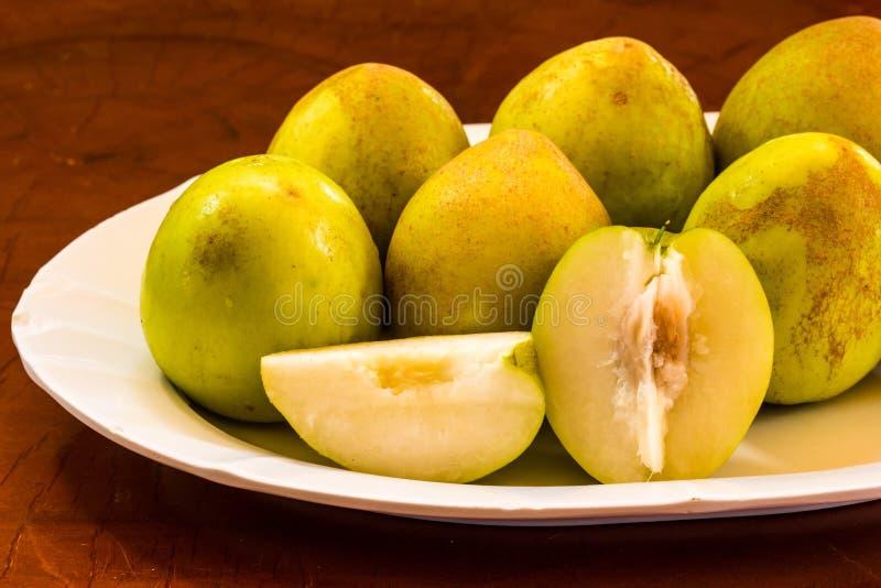 Яблоки обезьяны на белом блюде стоковые изображения