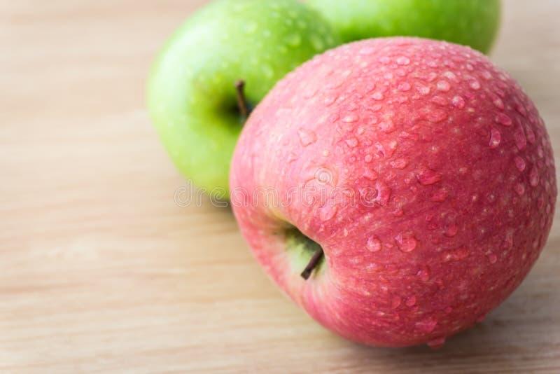 Яблоки с падениями воды стоковая фотография rf
