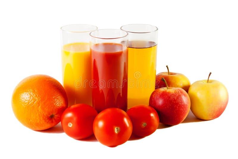 Яблоко, апельсин и томат с соками в стеклах стоковое фото rf