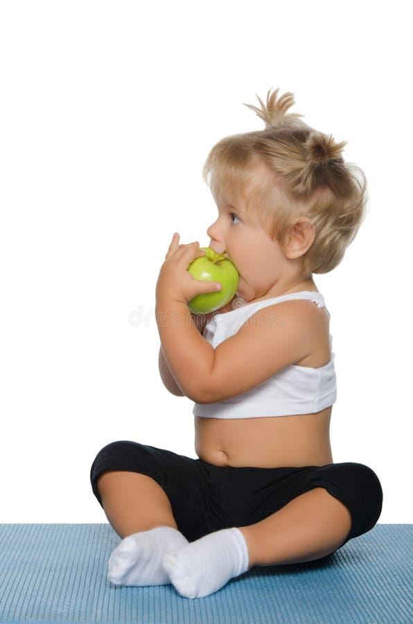 яблоко есть девушку зеленую немного стоковое изображение rf