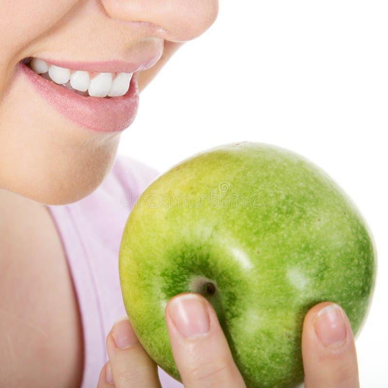 яблоко есть сочную женщину стоковое изображение rf
