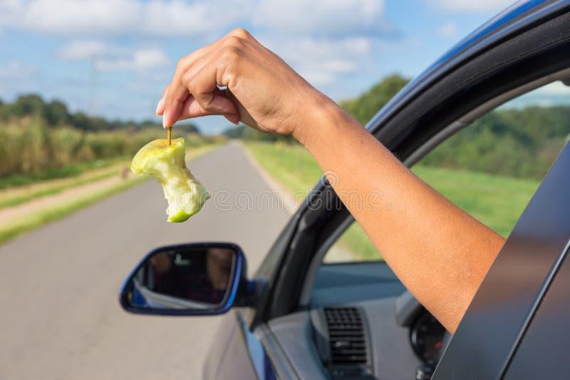 Яблоко женской руки падая отливать окно автомобиля стоковые изображения rf