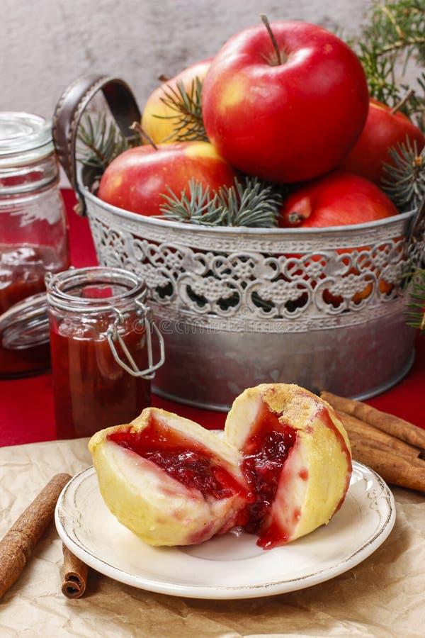 Яблоко заполнило с вареньем - десертом рождества стоковое фото