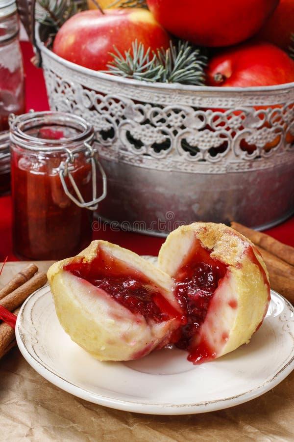 Яблоко заполнило с вареньем - десертом рождества стоковые фото