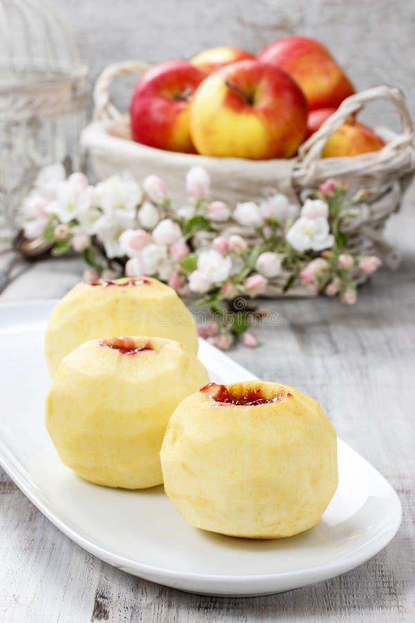 Яблоко заполнило с вареньем перед печь стоковое фото