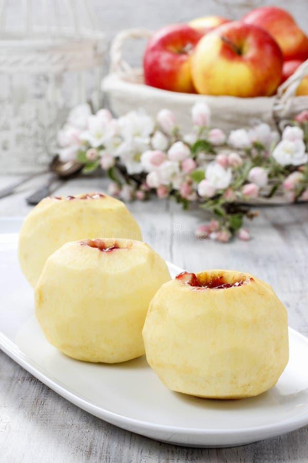 Яблоко заполнило с вареньем перед печь стоковая фотография rf
