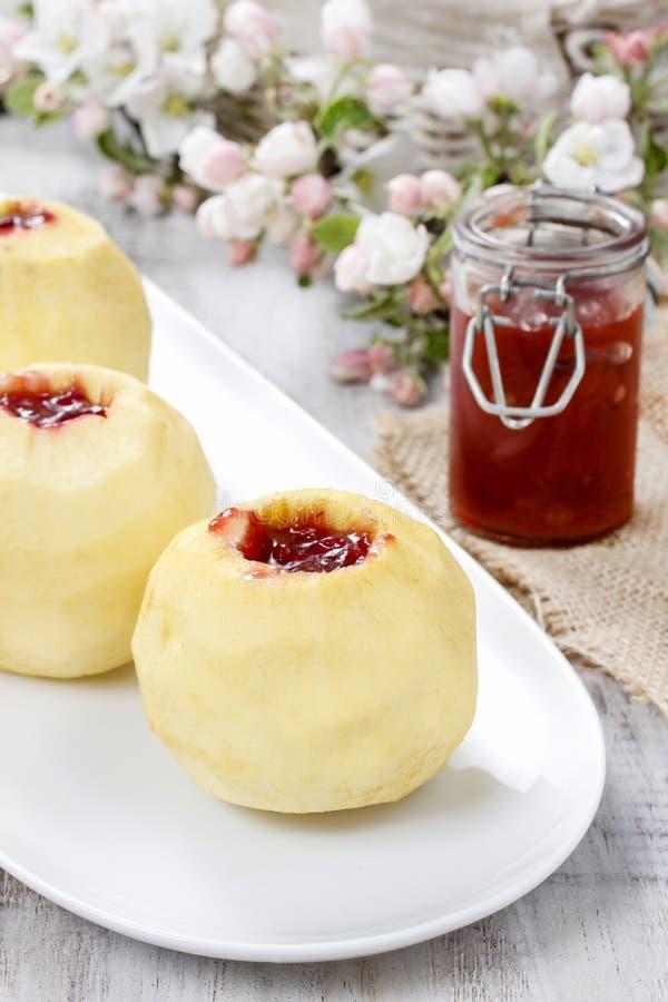 Яблоко заполнило с вареньем перед печь стоковое изображение