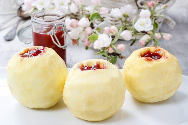 Яблоко заполнило с вареньем перед печь стоковое изображение rf