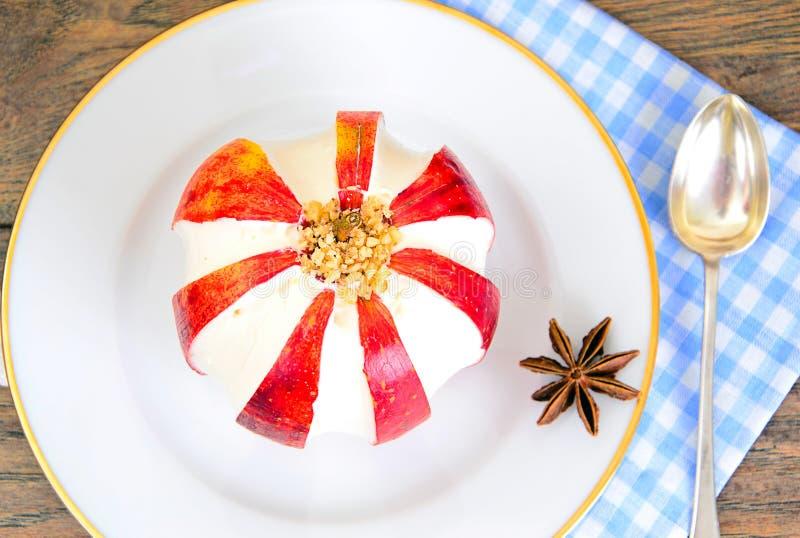 Яблоко заполнило с едой плавленого сыра диетической bruits стоковые изображения