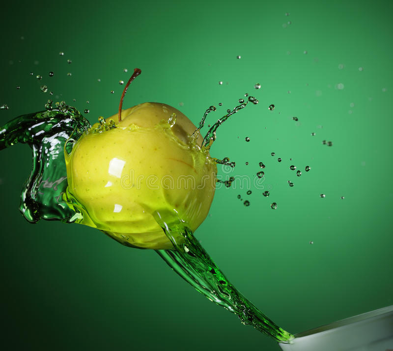 яблоко - зеленая вода стоковое фото rf