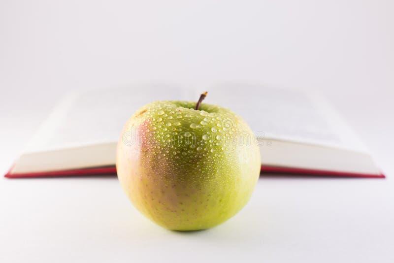 Яблоко и книга стоковое фото rf