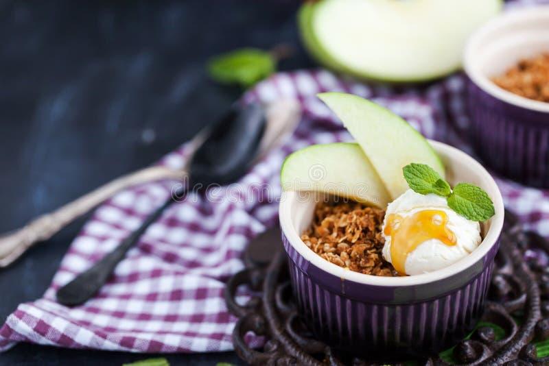 Яблоко крошит десерт с ванильным мороженым стоковые изображения