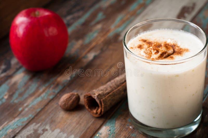 Яблоко крошит smoothie стоковое изображение rf