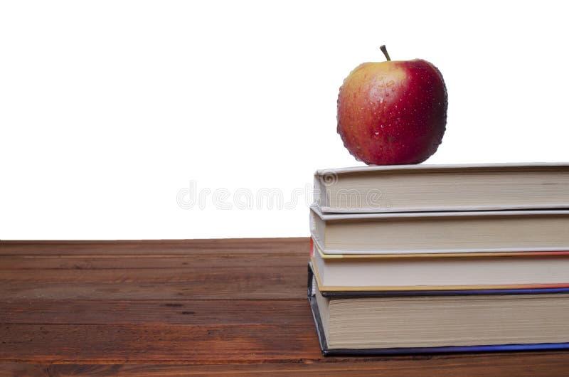 Яблоко на учебнике стоковая фотография rf