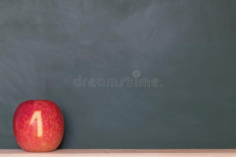 Яблоко с номером перед классн классным стоковая фотография rf