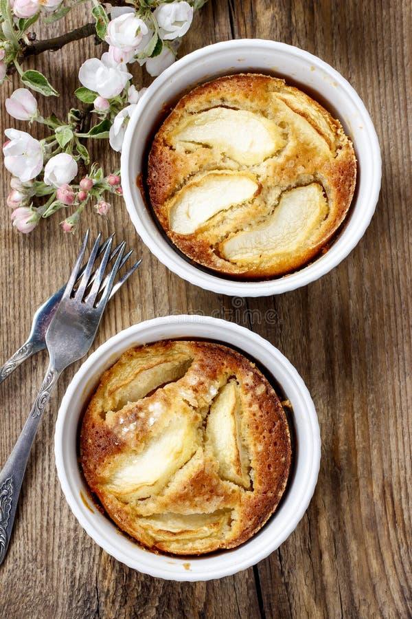 Яблочный пирог в керамическом шаре стоковая фотография rf