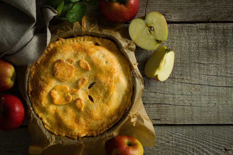Яблочный пирог на деревенской деревянной предпосылке стоковые фото