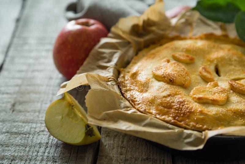 Яблочный пирог на деревенской деревянной предпосылке стоковые изображения