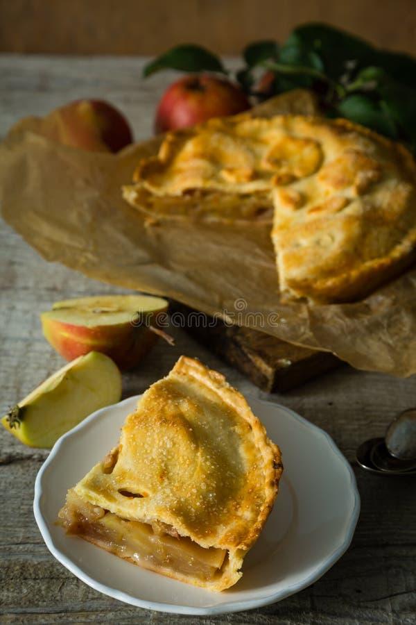 Яблочный пирог на деревенской деревянной предпосылке стоковое фото
