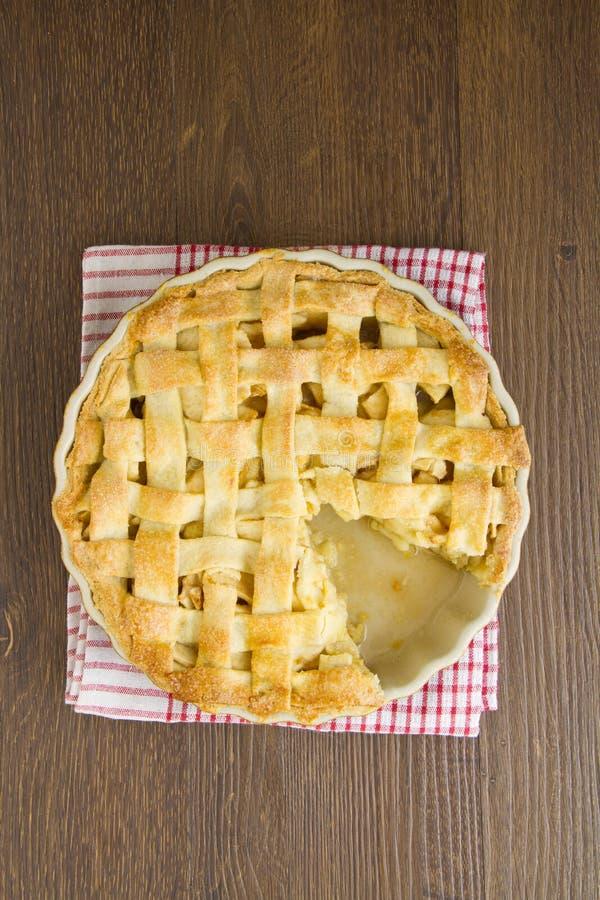 Яблочный пирог с верхней частью решетки при принятый кусок стоковое изображение