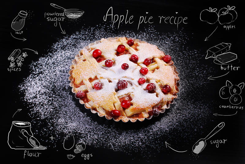 Яблочный пирог с рецептом клюквы и чертежа на черной таблице иллюстрация штока