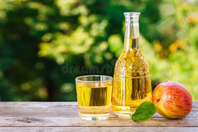 Яблочный сидр в графинчике стоковое изображение
