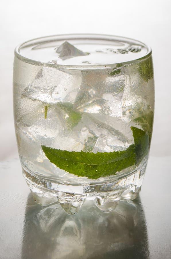 Яблочный сок с льдом на белой предпосылке стоковое изображение