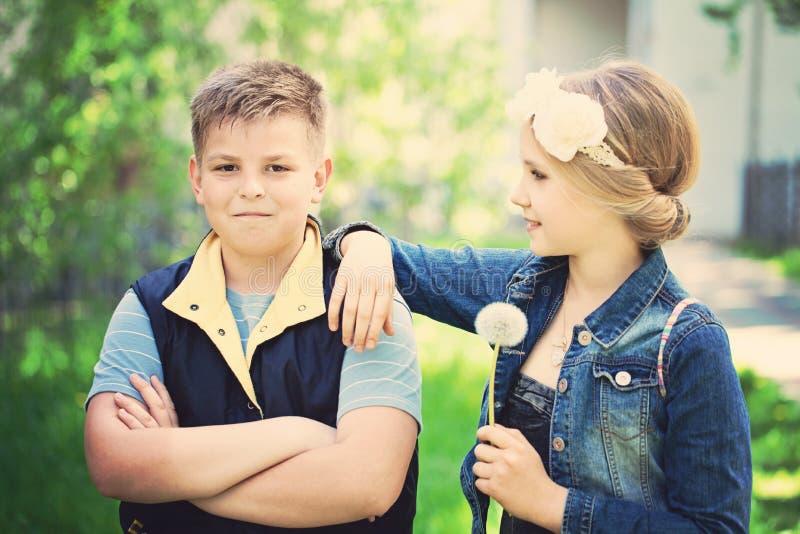 Ягнит внешнее Молодой мальчик смотрит девушку стоковые изображения
