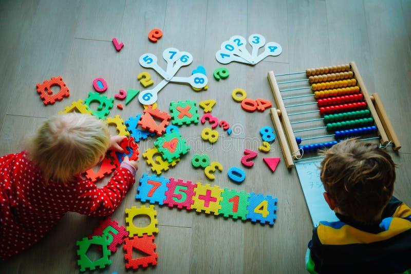Ягнит мальчик и девушка уча номера, вычисление абакуса стоковые изображения