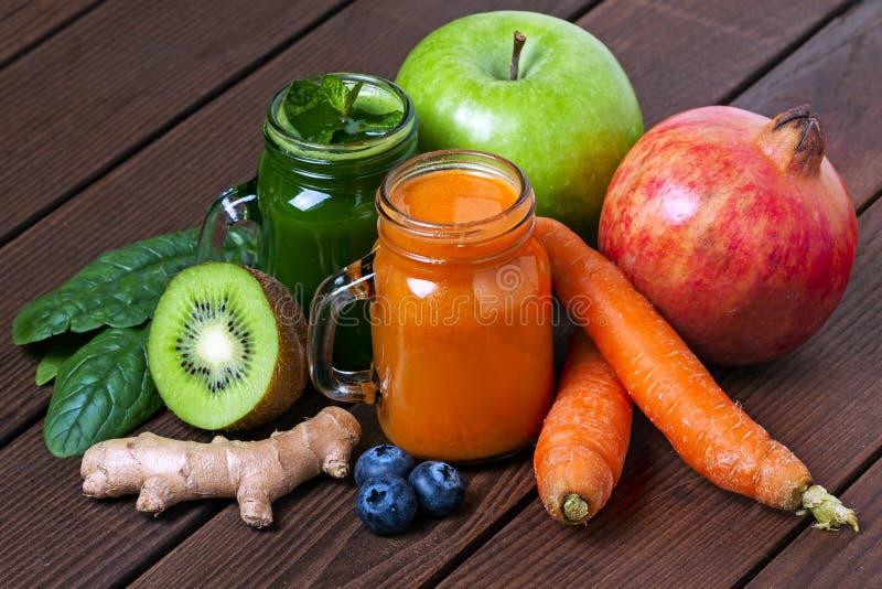 Ягода и smoothie овощей, здоровая сочная диета напитка витамина или концепция еды vegan, свежие витамины стоковые изображения