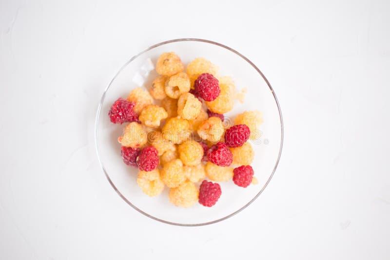 Ягоды красных и желтых поленик, черных смородин в коричневом шаре на траве Компот ягод стоковая фотография rf
