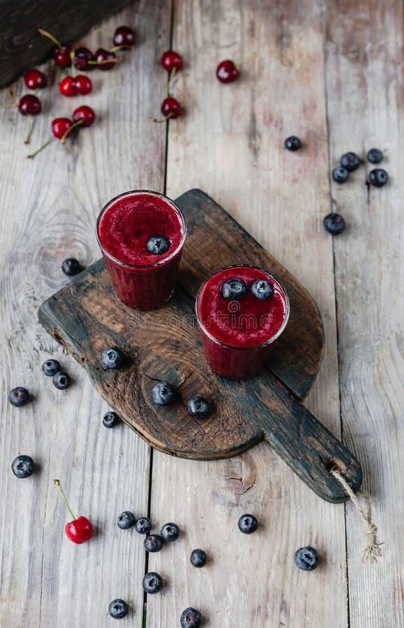 Ягоды лета и очень вкусный smoothie вытрезвителя на деревенском стоковые фотографии rf