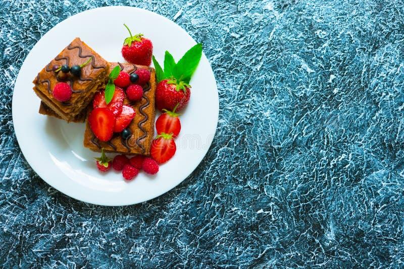 Ягоды торта губки шоколада со сливками и свежие Десерт лета на текстурированной серой предпосылке r стоковая фотография rf