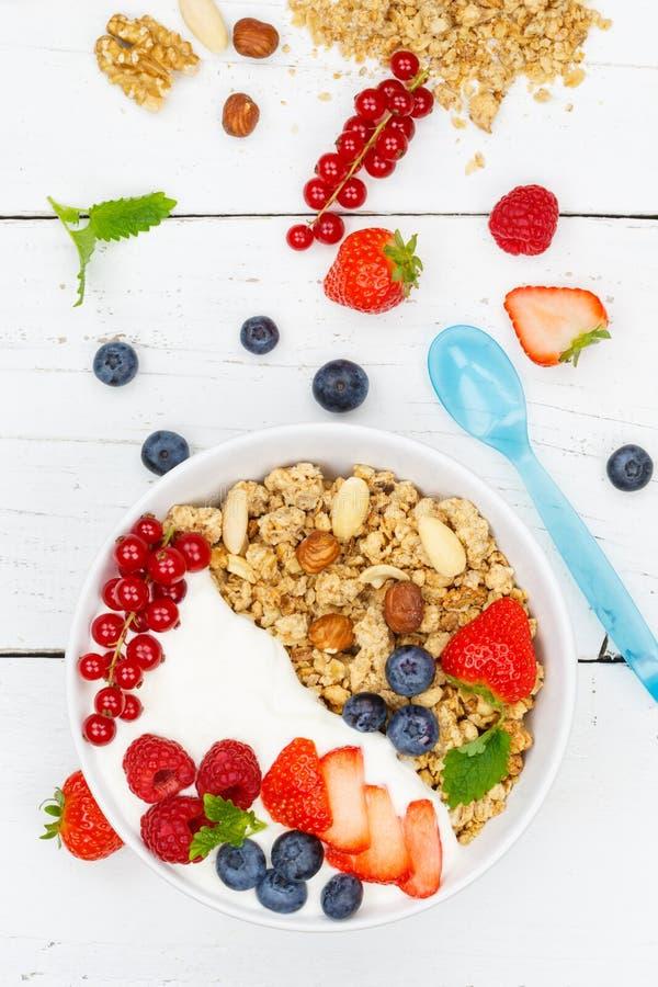 Ягоды хлопьев клубник югурта плодоовощей завтрака Muesli переносят стоковая фотография rf