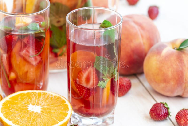 Ягоды Mojito с напитком энергии, клубникой, персиком и сладким сиропом свежий коктейль mohitos на белой предпосылке Mojitos стоковые изображения rf