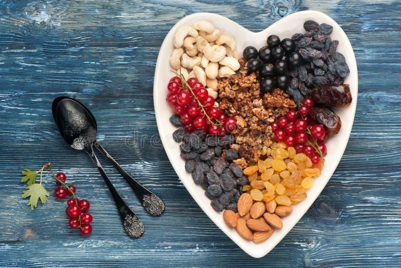 Ягоды, гайки, granola, высушили плодоовощи Супер еда для здорового взгляд сверху завтрака стоковые изображения