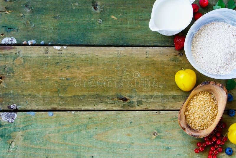 Ягоды и ингридиенты выпечки стоковое изображение rf